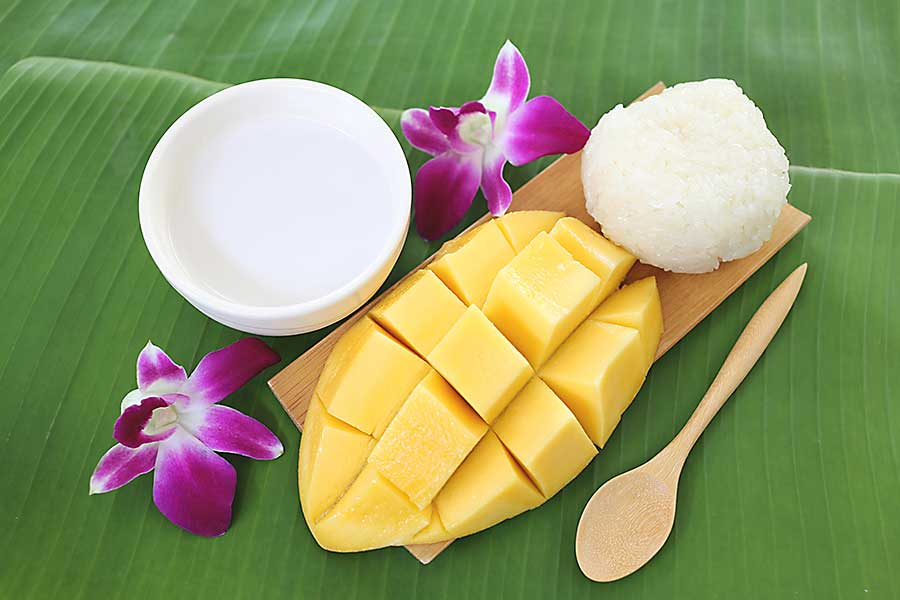 Ripe mango sticky rice is dessert of Thailand.